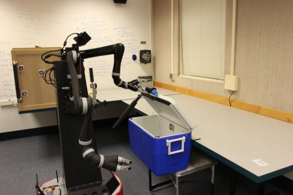 Робот открывает мини-холодильник
