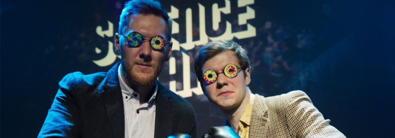 ученые в очках-калейдоскопах на фоне логотипа science slam