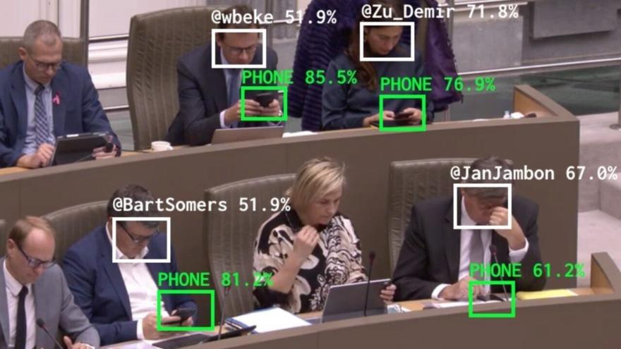 Обложка: В Бельгии искусственный интеллект стыдит политиков, которые используют телефон на заседаниях. И это пугает