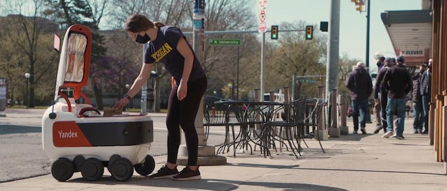 Обложка: Беспилотные роботы «Яндекса» будут развозить еду студентам в американских колледжах. Выглядит футуристично