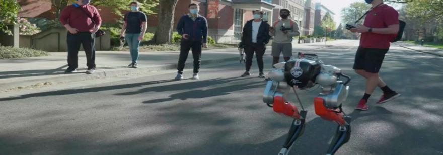 Обложка: Двуногий робот впервые пробежал 5 км меньше чем за час — с такой скоростью ходит человек. Вот видео